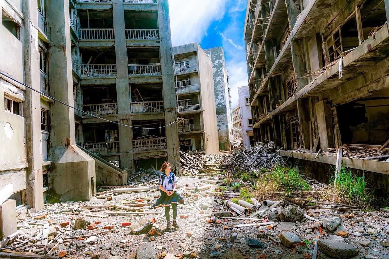 壊れているが倒れない建物と女子高生