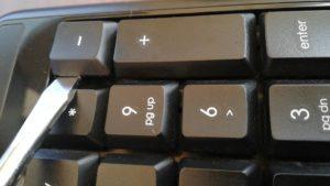 キーボード分解_マイナスドライバーを使いテコの原理で外すところ