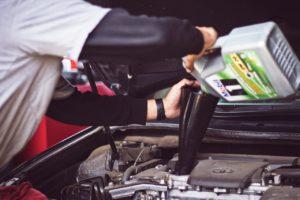 車にエンジンオイルを入れているところ