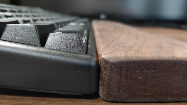 NiZキーボードとリストレストを並べて高さ比較