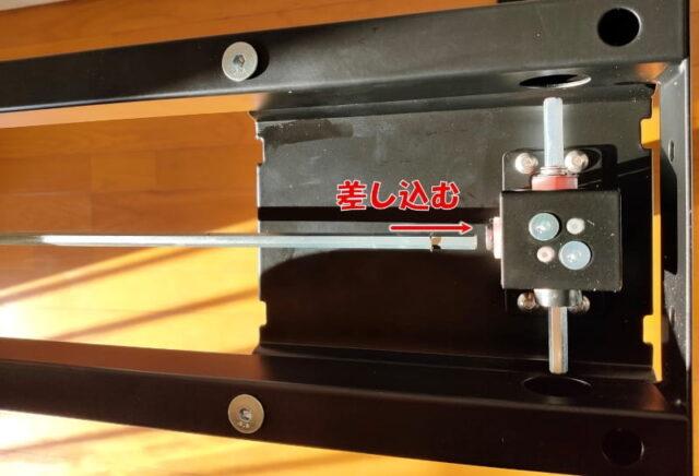 FLEXISPOT手動式スタンディングデスクH2&丸角天板_駆動軸と昇降支柱を組立03