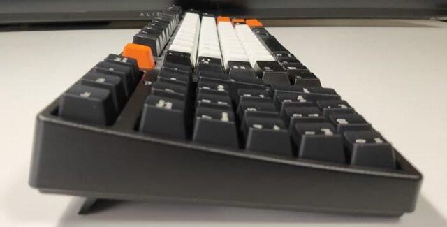 有線メカニカルテンキー静音赤軸を購入した話_メインキーボードと高さがバッチリ合う(スタンド使用時)